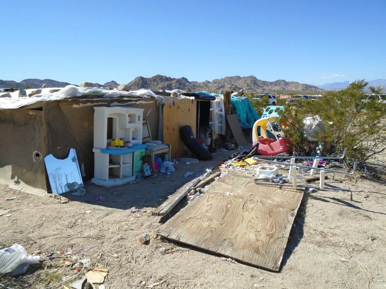 Her boede tre børn i fire år sammen med deres forældre, som nu er anholdt.