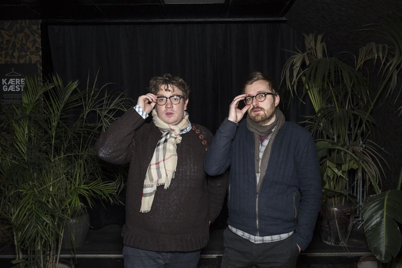 Rasmus Bruun og Frederik Cilius, der er kendt fra 'Den Korte Radioavis', kan nu opleves live i 'Det Skide Show' i rollerne som seniorkorrespondent Kirsten Birgit Schiøtz Kretz Hørsholm og redaktør Rasmus Bruun.