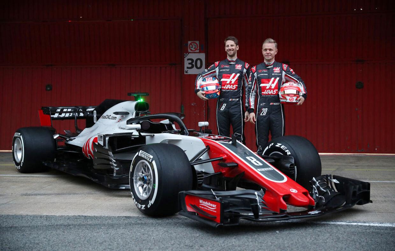 Romain Grosjean og Kevin Magnussen (th.) træner i disse dage i den nye Haas-racer, i Barcelona.