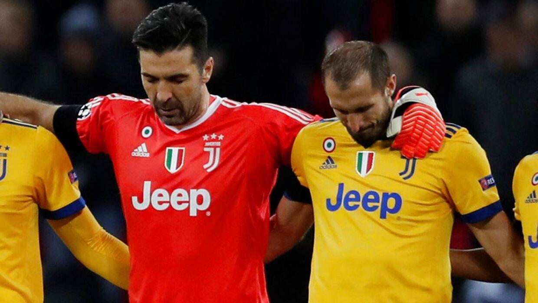 Inden onsdagens Champions League-kamp mellem Tottenham og Juventus blev der holdt et minuts stilhed for Davide Astori. Her Juventus-målmand Gianluigi Buffon og Giorgio Chiellini (th.).