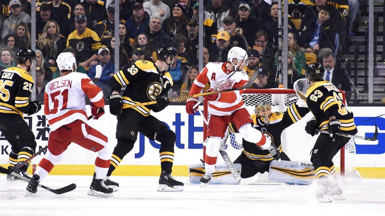 Her scorer Frans Nielsen målet til 1-2 i første periode af kampen mod Boston Bruins på udebane.
