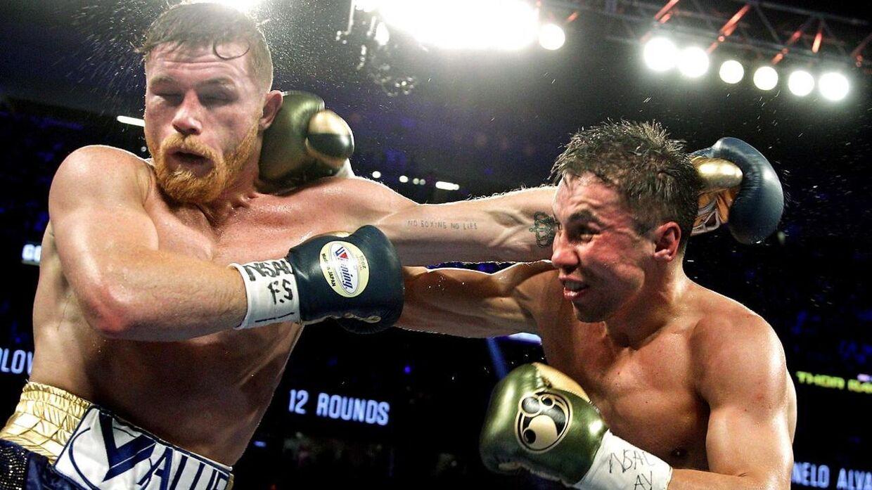 Gennady Golovkin og Canelo Alvarez ses i en slagudveksling. Deres første kamp endte efter 12 underholdende omgange uafgjort.