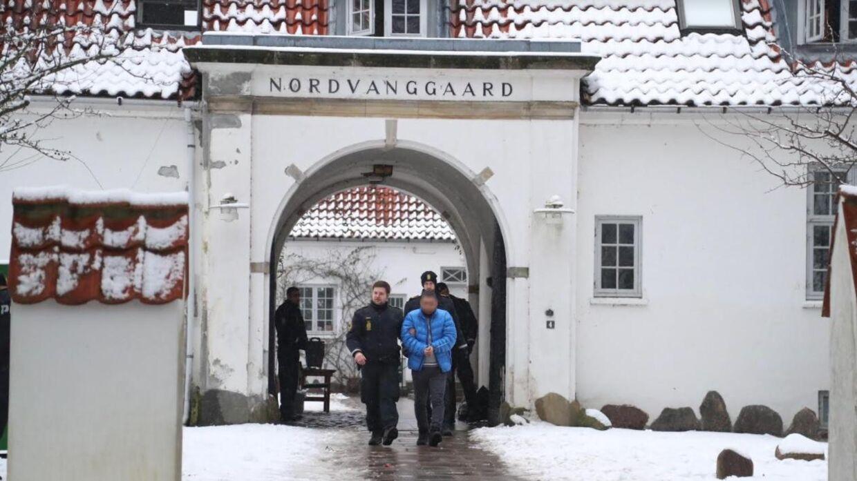 En person føres væk af politiet under torsdagens store politiaktion i Nordsjælland. Foto: Mikkel Johansen