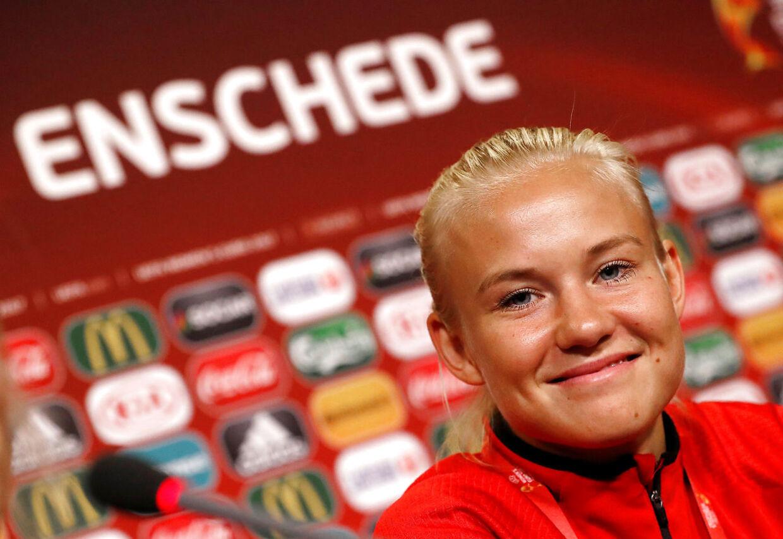 (ARKIV) Pernille Harder træner under et pressemøde ved EM i fodbold i Enschede den 5. august 2017. Den danske landsholdsangriber Pernille Harder er af det internationale fodboldmedie Goal blevet kåret til verdens bedste kvindelige fodboldspiller i 2017. Det skriver Ritzau lørdag den 11. november 2017.. (Foto: YVES HERMAN/Scanpix 2017)
