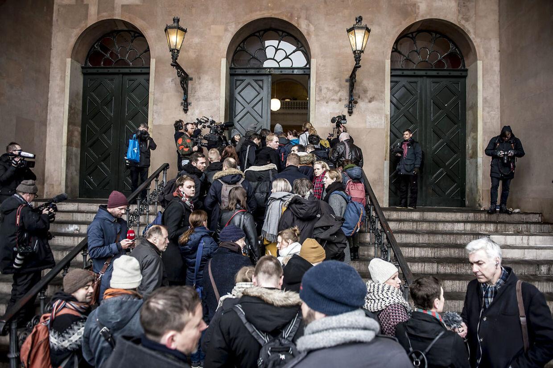 Journalister fra hele verden på vej ind i byretten, hvor alle skulle sikkerhedstjekkes, før de kunne få adgang til salen.