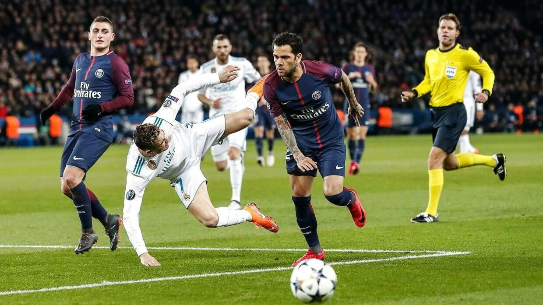 Cristiano Ronaldo og Dani Alves i én af mange dueller.