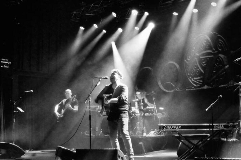 Det britisk-baserede band Coast giver otte marts-koncerter i Danmark
