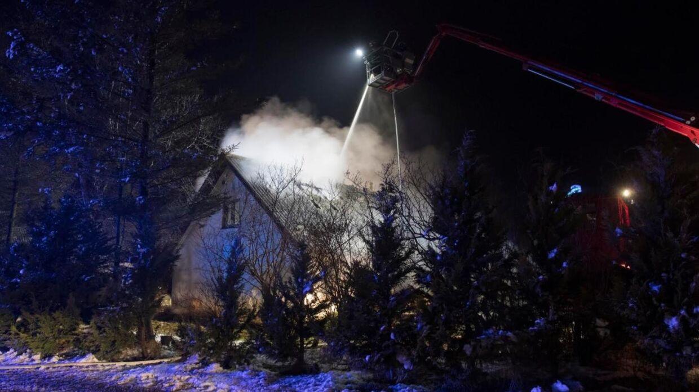 En landejendom nær Rold stod i flammer torsdag aften. Politiet savner stadig den mandlige beboer.