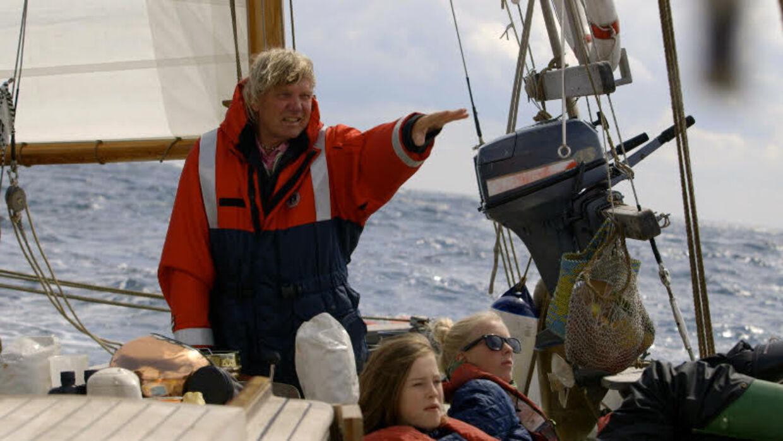 Troels Kløvedal har efter eget udsagn sejlet med 800-900 mennesker på Niordkaperen. Her er landets mest populære søfarer for fulde sejl i 2013 med to piger, som han viser Skagen fra søsiden i forbindelse med 'Mit Danmark' som han lavede for TV2. (Privatbillede med tilladelse fra Troels Kløvedal)