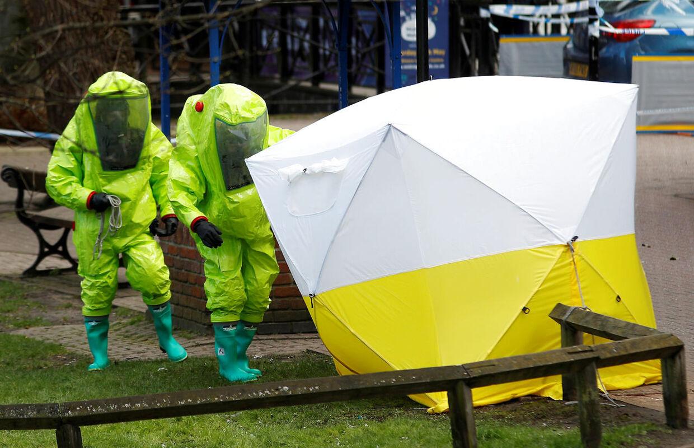 Et beskyttende telt dækker i disse dage den bænk, hvor Sergei Skripal og hans datter Yulia blev fundet.