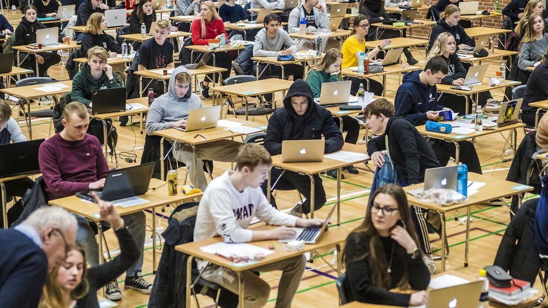 Et nyt computerprogram kan vorevåge eleverne under eksamen og afsløre, om de forsøger at snyde. Her er det 2 g'ere på Borupgaard Gymnasium, der er til terminsprøve.