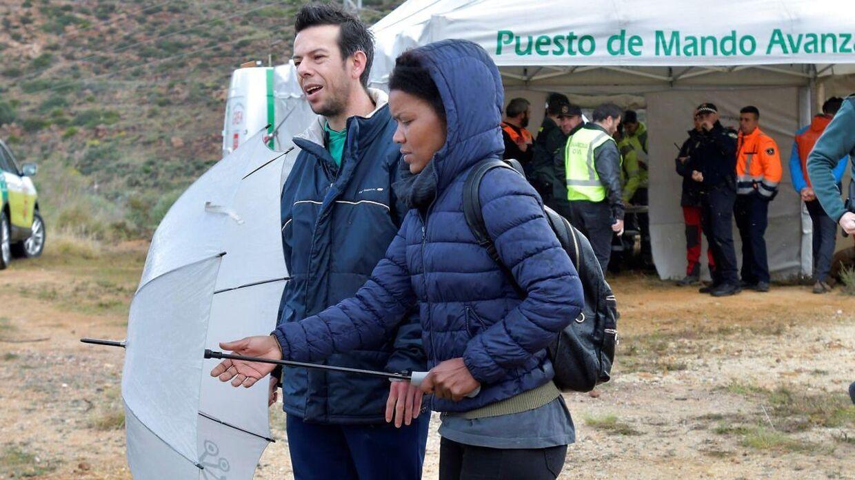 Angel Cruz, der er far til den forsvundne dreng ses her sammen med sin kæreste Ana Julia Quezada på den anden dag af eftersøgningen.