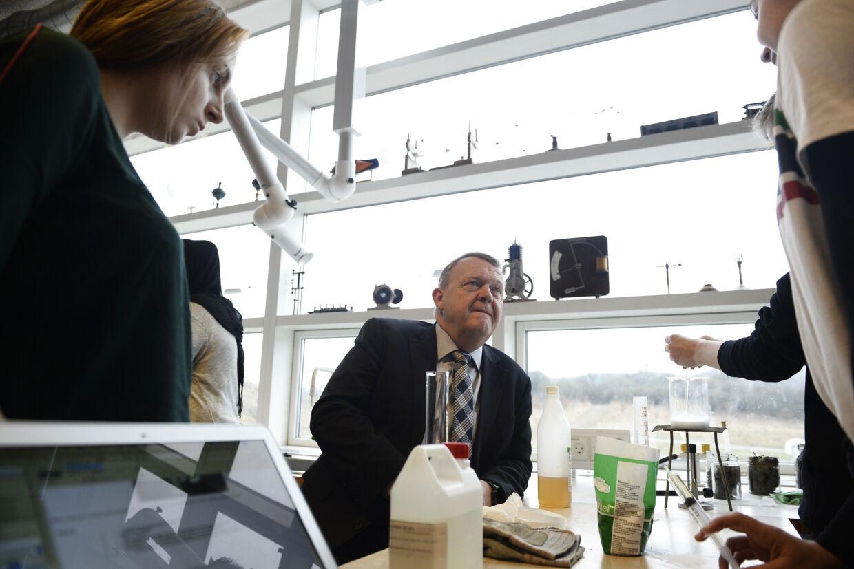 Statsminister Lars Løkke Rasmussen var på rundvisning på Holbæk By Skole inden præsentationen af en ny national naturvidenskabsstrategi efter møde i Disruptionrådet. Scanpix/Mads Claus Rasmussen