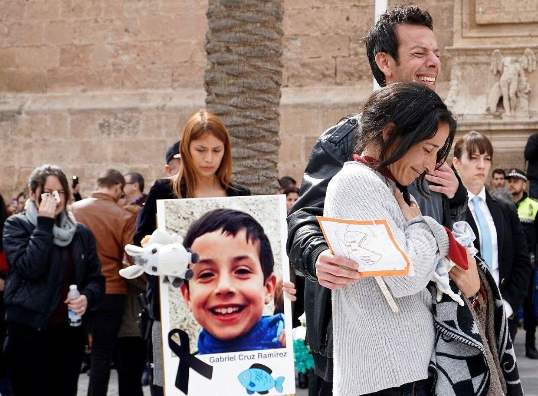 Gabriels forældre Patrícia Ramírez og Ángel Cruz var tynget af sorg, da de forlod katedralen i Álmeria efter at have begravet deres 8-årige søn.
