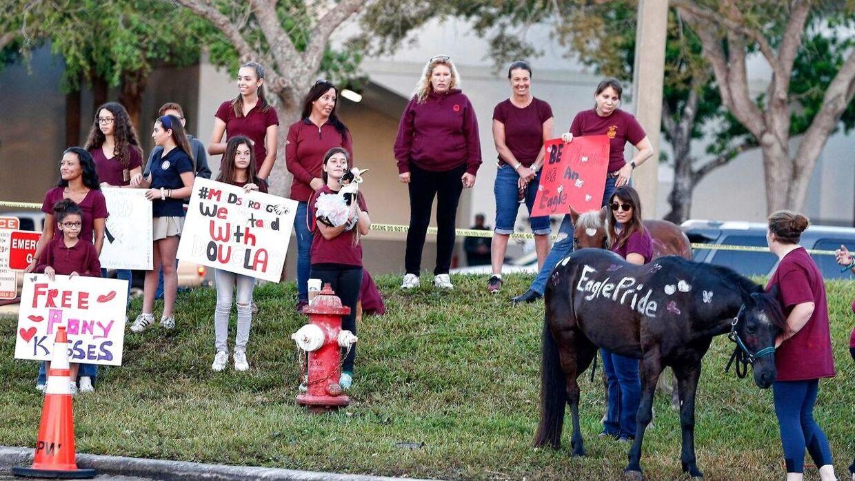 Lærere og elever vender her tilbage til Marjory Stoneman Douglas High School efter skoleskyderiet og viser deres støtte.