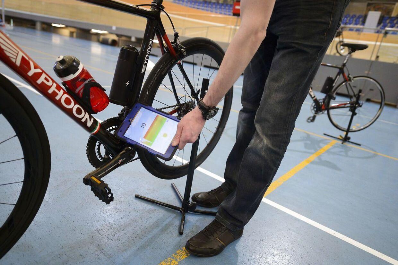 Et medlem af den internationale cykel union (UCI) demonstrerer her, hvordan man afslører motordoping.