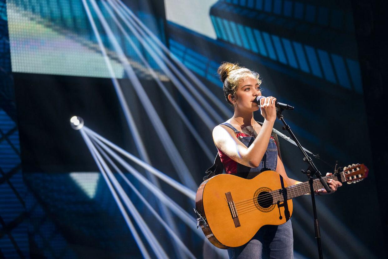 Vita på scenen under fredag aftens X Factor, hvor den unge sangerinde måtte i omsang for at overleve.