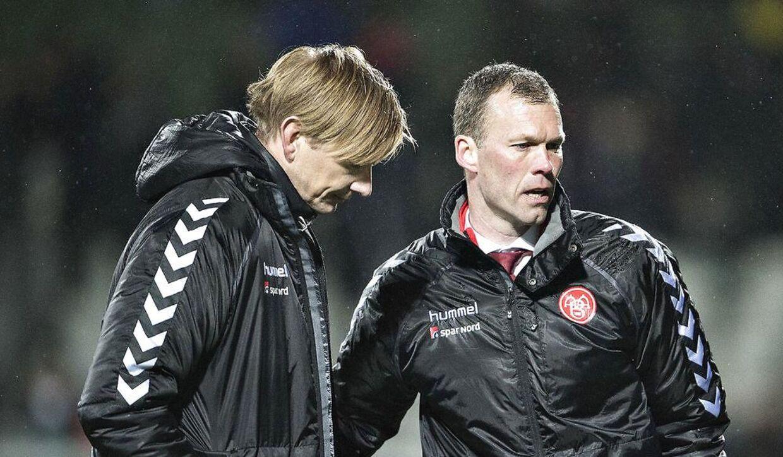 Så skuffede var AaB's sportsdirektør Allan Gaarde, til venstre, og cheftræner Morten Wieghorst, da nordjyderne med et nederlag på 0-1 mod Viborg FF i fjor kiksede kvalifikationen til Superligaens mesterskabsslutspil.