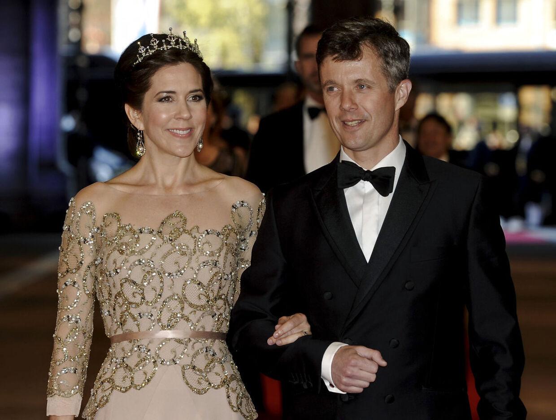 Kronprinsesse Mary i en Heartmade kjole, designet af Julie Fagerholt, båret til en middag i anledning af den hollandske dronning Beatrix' abduktion.