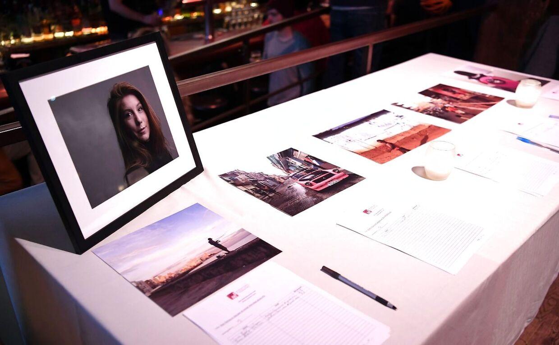 Her ses en auktion fra aftenen, hvor man kunne købe Kim Wall-billeder.
