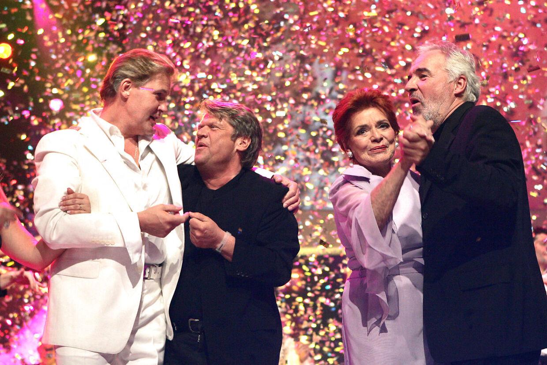 Lys Assia fulte det europæiske Melodi Grand Prix tæt livet igennem. Her ses hun i forbindelse med konkurrencens 50 års jubilæum sammen med Brødrene Olsen og Johnny Logan.