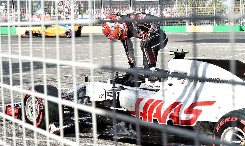 Kevin Magnussen må skuffet forlade sin racer i Melbourne.