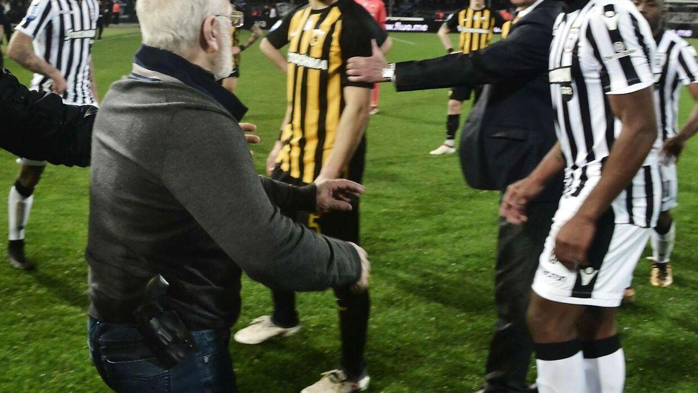 Med en pistol i bæltet gik klubejer Ivan Savvidis den 11. marts på banen under opgøret mellem de græske storklubber PAOK og AEK.
