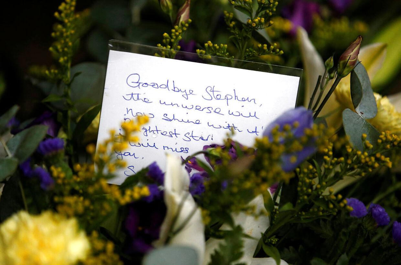 'Farvel Stephen. Universet vil nu være oplyst med den klareste stjerne. Jeg vil savne dig.' En hilsen til professor Stephen Hawking udenfor kirken 'Great St. Marys Church', hvor begravelsen fandt sted d. 31. marts. 2018.