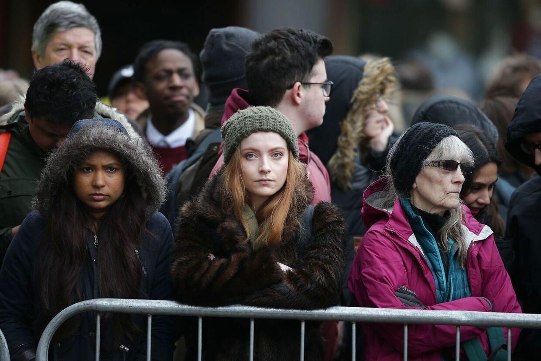 Mange mennesker fulgte på afstand med, da 500 særligt inviterede sagde farvel til Stephen Hawking.