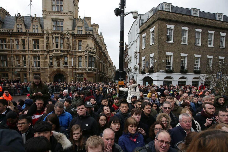 En stor menneskemængde tog plads foran kirken, hvor professoren blev begravet.