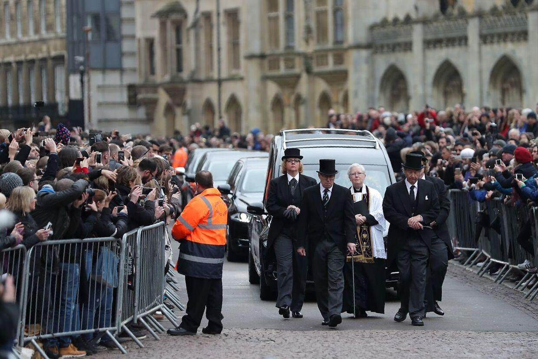 Begravelsesoptoget på vej til kirken.