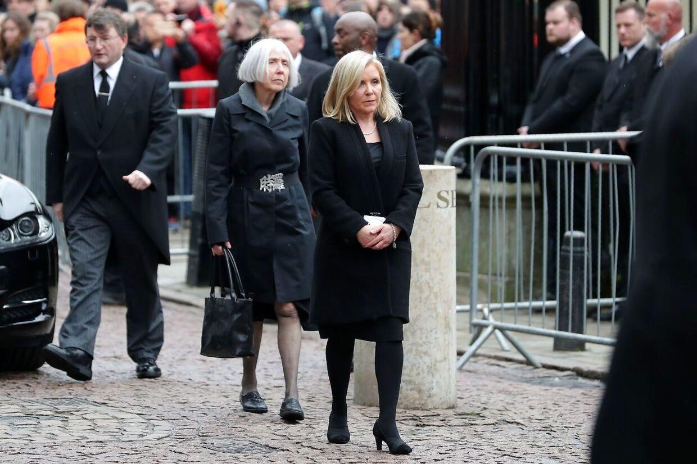 Lucy Hawking, Stephen Hawkings datter, ankommer her til begravelsen.