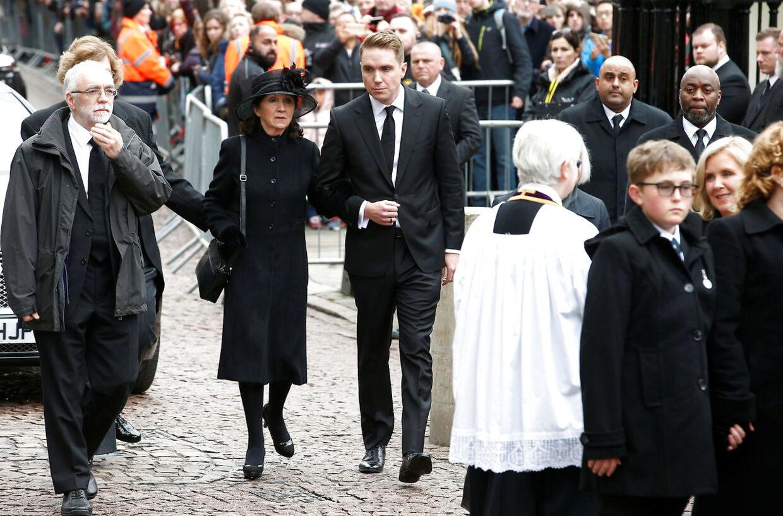 Jane Hawking og hendes søn Timothy ankommer her til kirken. Hun blev skilt fra Stephen Hawking i 1995.