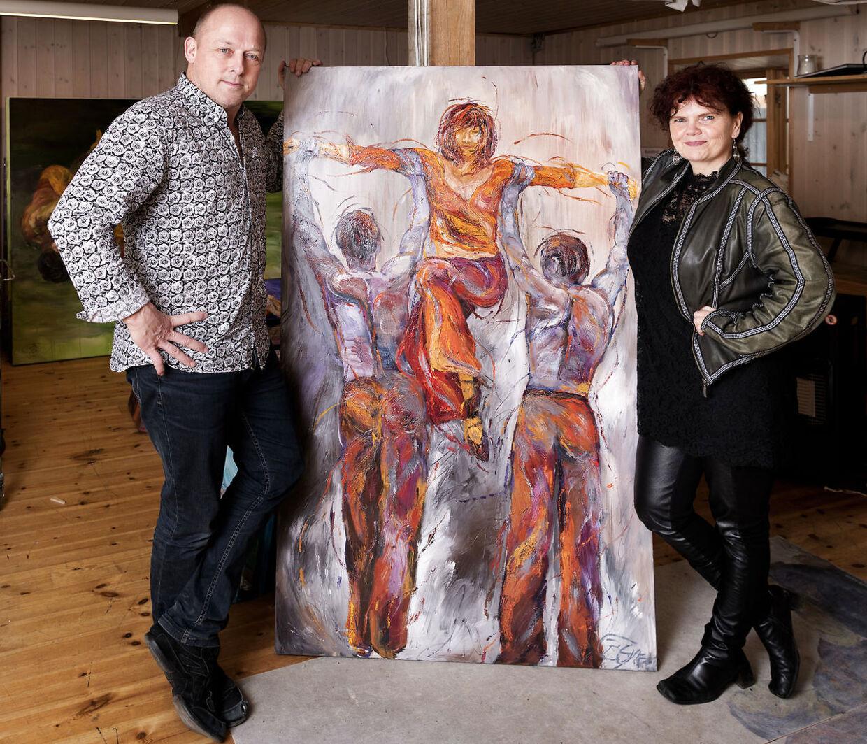 Birgitte Gyrd er billedkunstner og har i flere år malet motiver, der måske underbevidst har handlet om det, at have kærlighedsforhold til flere personer. Her er hun med et af sine malerier og sin mand Hans Erik der, ligesom Birgitte har haft, har en kæreste.