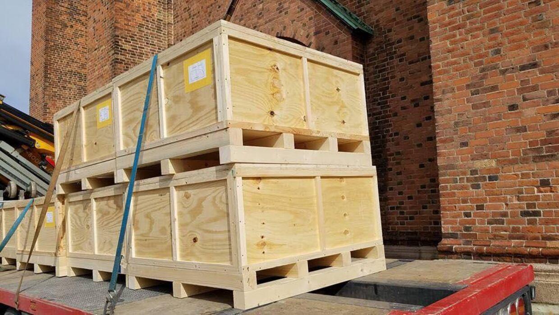 Sådan så det ud, da trækasserne med sarkofagen ankom til Roskilde Domkirke i onsdags.