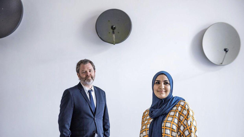 Kunstner Banaan Al-Nasser og Kunsthal Charlottenborgs direktør Michael Thouber foran Banaan Al-Nassers kunstværk med paraboler