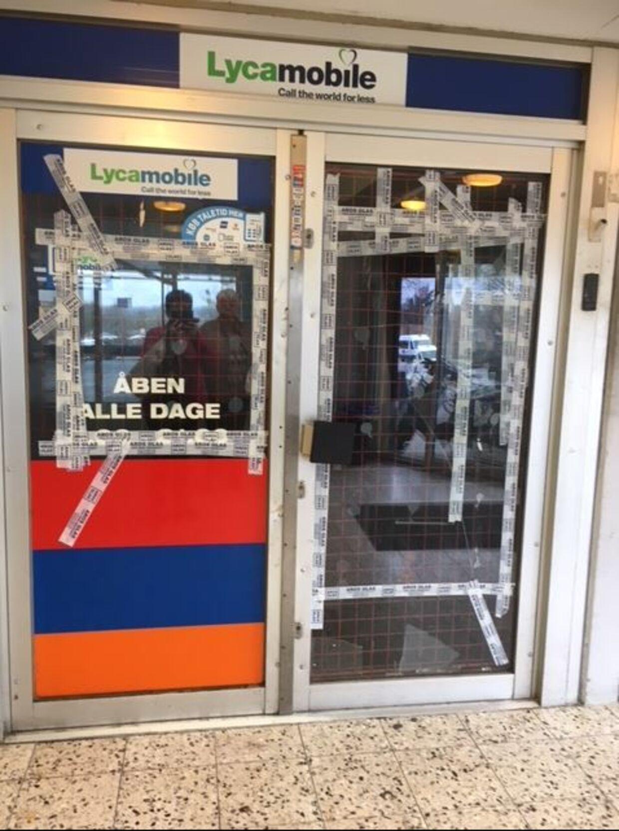 En af butikkerne i Frydensdalcenteret i Aarhus V, der har fået smadret sine ruder.