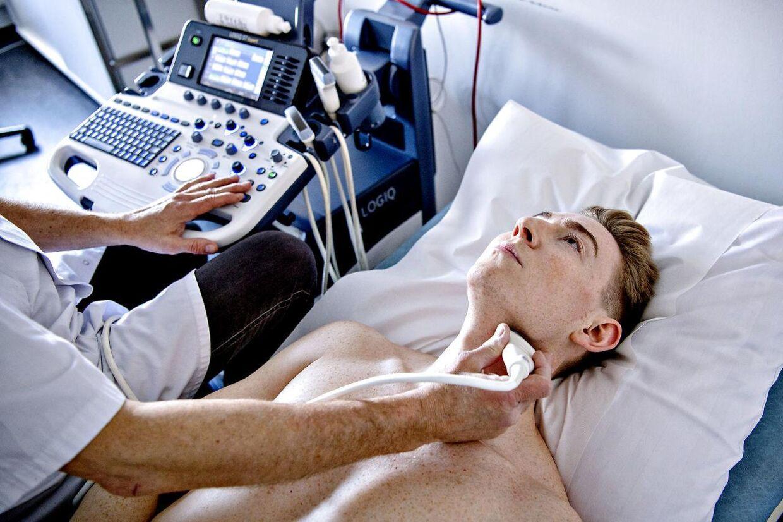 På Aleris-Hamlet får de forespørgsler fra folk, der gerne vil scannes fra top til tå i en CT-skanner, så de er sikre på, at der ikke gemmer sig en kræfttumor. »Men det kan vi desværre ikke gøre. Det er en massiv strålingsmængde, som i sig selv kan øge kræftrisikoen, så det er ikke etisk forsvarligt,« siger Camilla Weber Fenst, speciallæge i almen medicin på Aleris Hamlet.