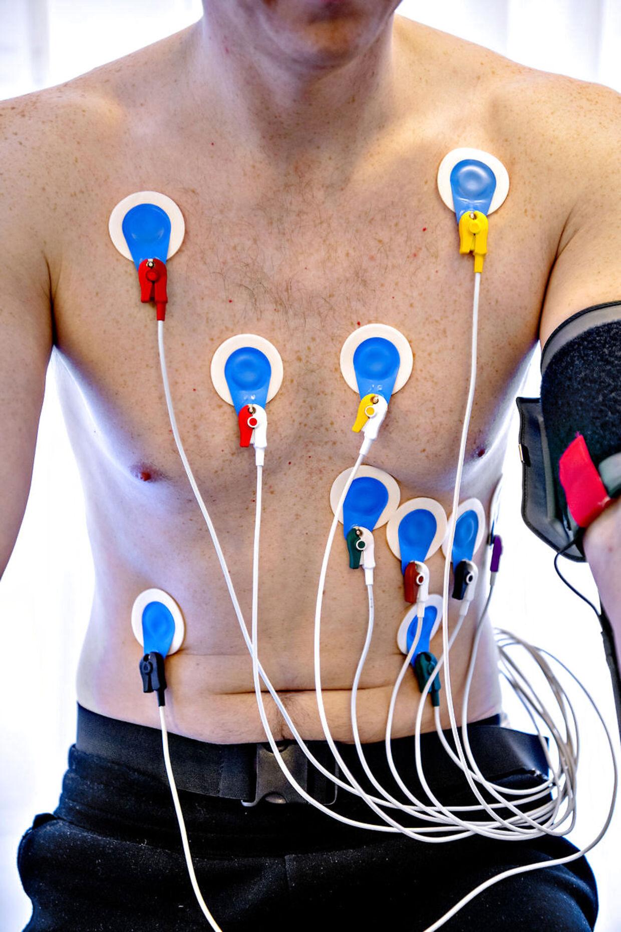 Elektroderne på Emil Thorups brystkasse opfanger hjertet elektriske impuls.