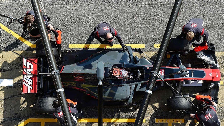 Kevin Magnussens bil er i pitten, og personalet arbejder lynhurtigt på at sende den danske kører afsted igen.