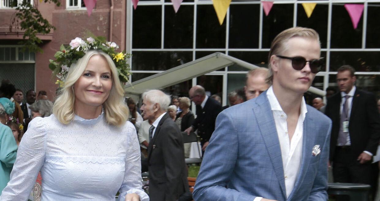Her ses Marius Borg Høiby sammen med sin mor, kronprinsesse Mette-Marit.