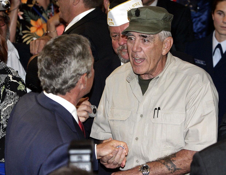ARKIVFOTO. Her ses R. Lee Ermey med den tidligere amerikanske præsident President George W. Bush.