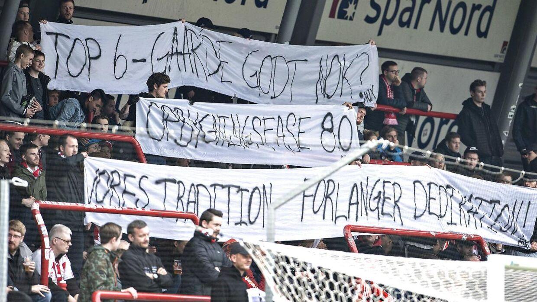 Utilfredse Aab-fans med bannere i Alka Superliga-kampen mellem AaB og AC Horsens på Aalborg Portland Park.