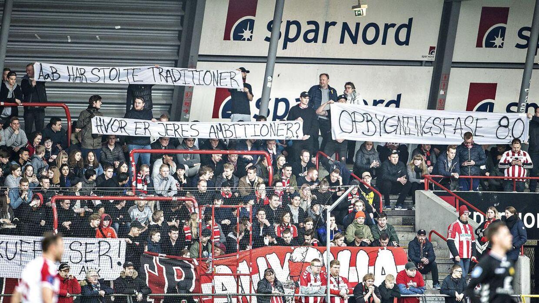 »AaB har stolte traditioner. Hvor er jeres ambitioner?« Sådan står der på to af bannerne, som utilfredse AaB-fans holder op i søndagens Superliga-kamp mod AC Horsens.