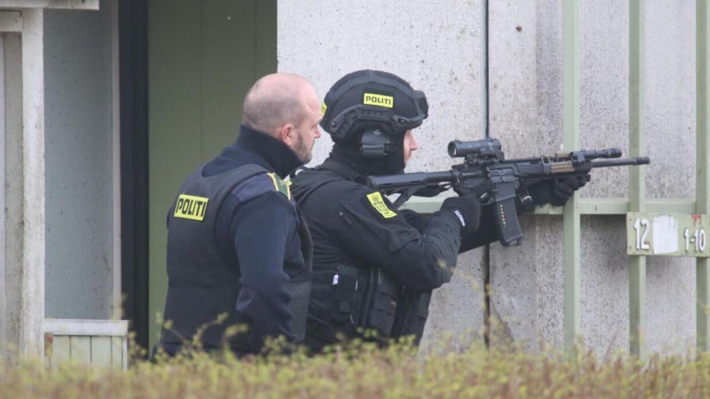 Kampklædte betjente var massivt til stede i beboelsesområdet Morbærhaven i Albertslund på den københavnske vestegn mandag aften.