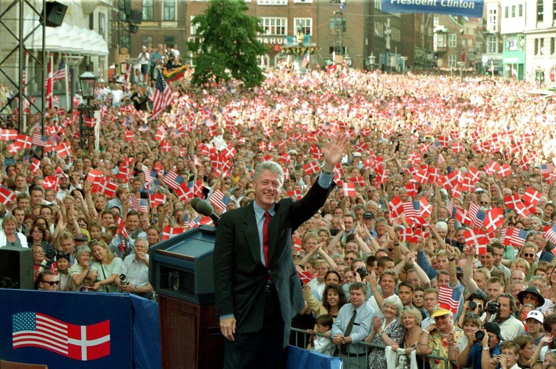 Bill Clinton var præsident i USA fra 1993 til 2001. Han var i den periode også en populær skikkelse i Danmark, og da han i 1997 var på officielt besøg, skabte det enorm eufori i Københavns gader. På billedet her blev han hyldet på Nytorv, hvor ca. 80.000 var mødt frem.