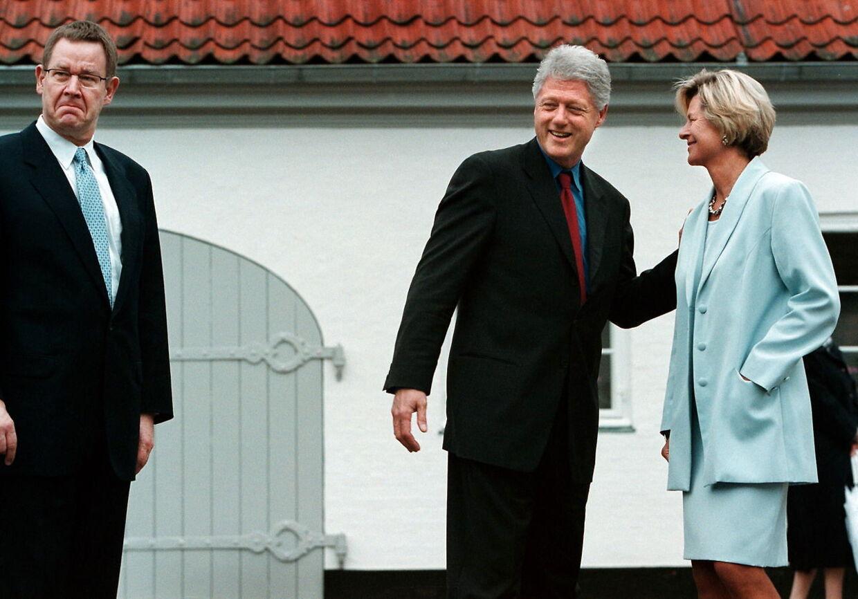 Da Bill Clinton besøgte Danmark i 1997, var der overordentlig god kemi mellem ham og statsministerfruen Lone Dybkjær, og siden mødtes de to par flere gange under private former. På billedet her bød Poul Nyrup og Lone Dybkjær Clinton velkommen på Marienborg.