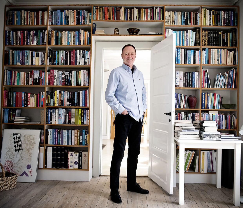 Bent Isager foran bogreolen i hjemmet på Frederiksberg.