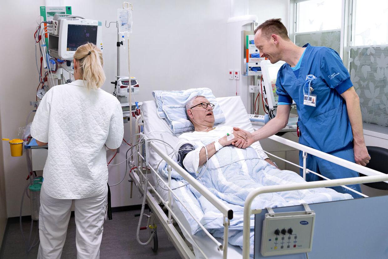 Overlæge ved anæstesiologisk afdeling på Odense Universitetshospital, Jakob Kjersgaard Johansen, der er bannerfører på den nye bedøvelsesteknik, trykker Poul Nielsen i hånden efter en vellykket operation.