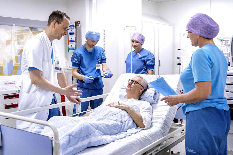 Ole Gaumann (lægen tv.) siger tak for i dag, efter operationen er slut og alt er gået, som det skal.